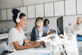 Groupe d'employées à leur bureau qui connaissent la différence RCE RC Pro