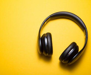 casque audio sur fond jaune Photo article blog Assurup