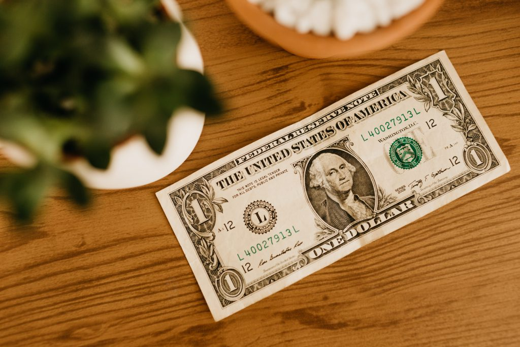 salaire entrepreneur : 1 us dollar on table