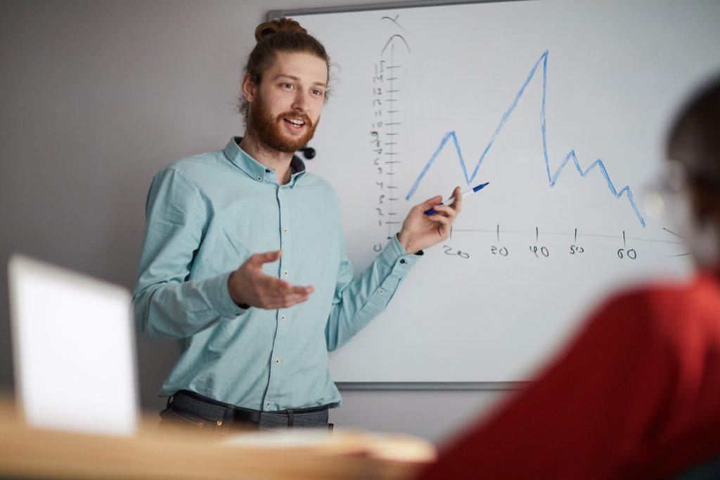 Pitch de présentation d'un entrepreneur devant des investisseurs potentiels