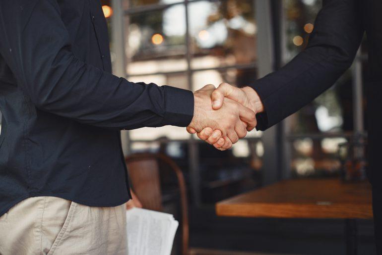 Entrepreneur et investisseur qui se serrent la main pour sceller leur accord