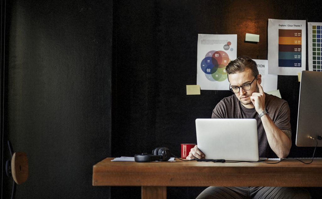 Jeune chef d'entreprise qui se renseigne sur le contrat d'assurance à souscrire
