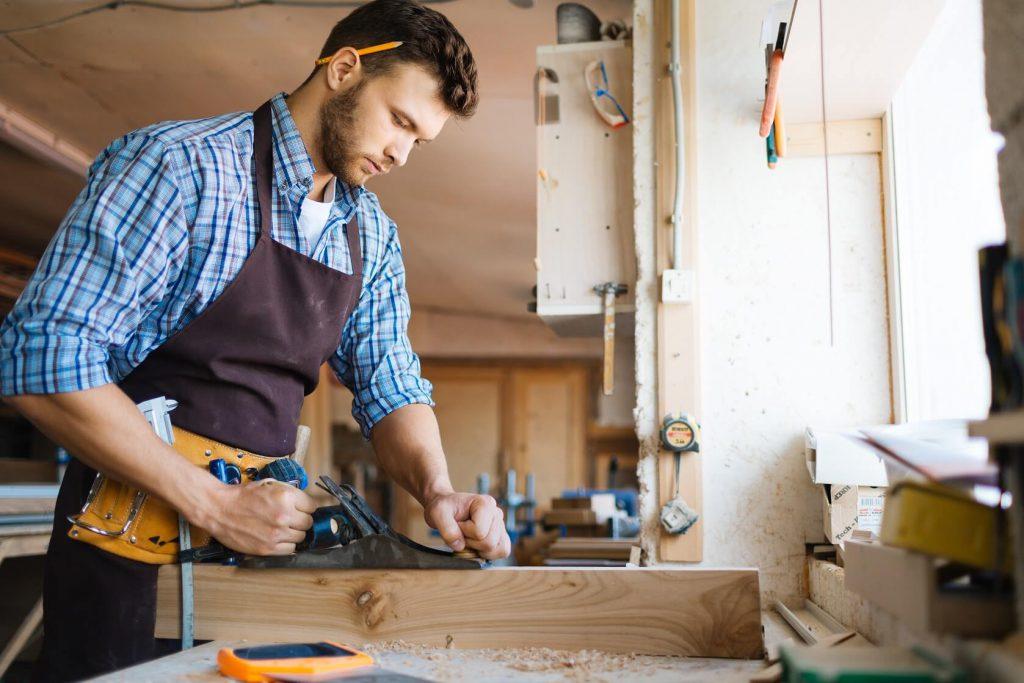 Artisan qui travaille le bois et qui connaît la différence RCE RC Pro